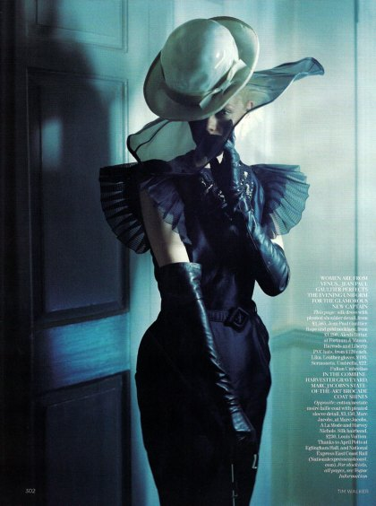 the-lady-who-fell-to-earth-by-tim-walker-for-vogue-uk-oct-09-3