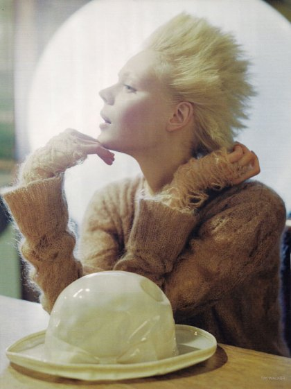 the-lady-who-fell-to-earth-by-tim-walker-for-vogue-uk-oct-09-9